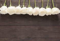 Расположение цветка белых роз на деревянном backgrou Стоковые Фото