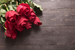 Расположение цветка красных роз на деревянной предпосылке Стоковое Изображение RF