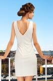 Расположенная на окраине города девушка на balkony Стоковые Изображения RF