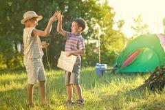 Расположитесь лагерем в шатре - 2 братьях на располагаться лагерем Стоковое Изображение