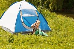 Расположитесь лагерем в шатре - мальчике на располагаться лагерем Стоковые Изображения