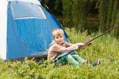 Расположитесь лагерем в шатре - мальчике на располагаться лагерем Стоковая Фотография RF