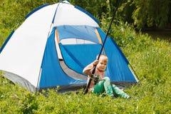 Расположитесь лагерем в шатре - мальчике на располагаться лагерем Стоковое Фото