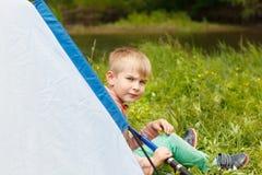 Расположитесь лагерем в шатре - мальчике на располагаться лагерем Стоковые Изображения RF