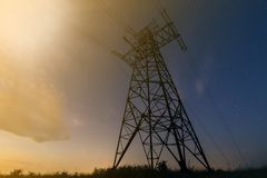 Распределение передачи и дальнего расстояния концепции электричества Двинутый под углом взгляд высоковольтной башни с линиями эле стоковая фотография rf