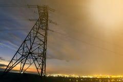 Распределение передачи и дальнего расстояния концепции электричества Высоковольтная башня с протягивать линий электропередачи дал стоковые изображения