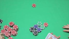 Распределение играя карточек, игра в покер зеленой таблицы видеоматериал