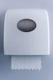 Распределитель бумажного полотенца сделанный из белой пластмассы на стене Стоковое Изображение RF