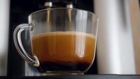Распределитель Coffe с чашкой кофе Timelapse видеоматериал