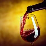 Распределяя красное вино от бутылки Стоковое фото RF