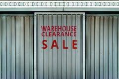 Распродажа склада подписывает внутри стену металла Стоковое Фото