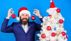 Распространение атмосферы рождества вокруг Праздники значили ради веселья Костюм бородатой носки человека официальные и шляпа san стоковая фотография