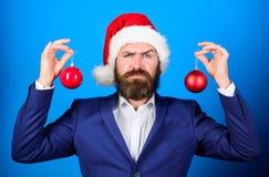 Распространение атмосферы рождества вокруг Праздники значили ради веселья Костюм бородатой носки человека официальные и шляпа san стоковые изображения rf
