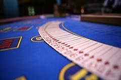 Распространите вне platying карточки на таблице казино стоковые изображения