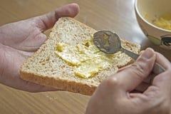 Распространите масло чеснока на всей пшенице Стоковые Изображения RF
