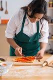 Распространяя томатный соус Стоковые Фотографии RF