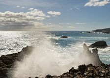 Распылите падения волны на каменном пляже стоковое изображение rf