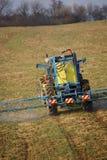 распылять машинного оборудования поля фермы стоковое фото