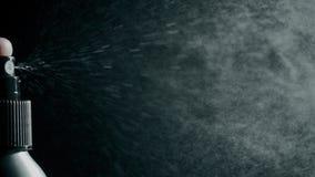 Распыляя вода против темной предпосылки, супер замедленного движения  акции видеоматериалы
