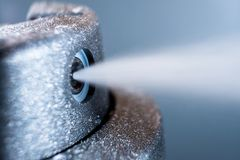 Распыляя дезодорант, фото макроса стоковое изображение