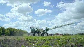 Распыляя машина делая полив на поле Аграрный преобразованный спрейер акции видеоматериалы