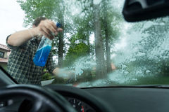 Распыляя тензид на окне Стоковые Изображения