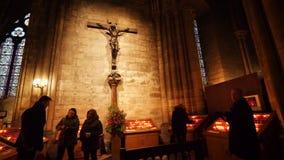 Распятие Иисуса с людьми около свечей внутри Нотр-Дам de Парижа видеоматериал