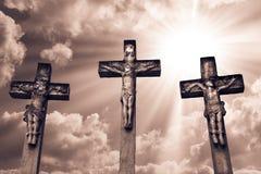 Распятие Иисуса Христоса и 2 похитителей Стоковые Изображения