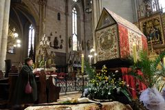 Распятие перед усыпальницей ` s бога, было показано на святой субботе и было подготовлено для почитания в соборе Загреба стоковое изображение