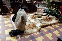 Распятие перед усыпальницей ` s бога, было показано на святой субботе и было подготовлено для почитания в соборе Загреба стоковые фотографии rf