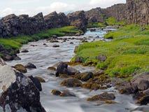 Расплавленное река в национальном парке Thingvellir в Средний-Атлантике r стоковое фото