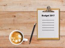 Распланируйте 2017 на бумажной доске сзажимом для бумаги на деревянной предпосылке Стоковое Фото