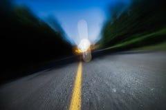 Расплывчатая дорога на ноче. Пьяный управлять, быстро проходить или быть слишком утомлена