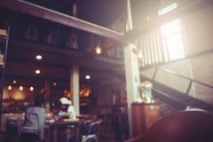 Расплывчатая предпосылка кофейни в темном тоне света Стоковое фото RF