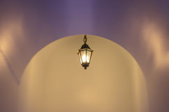 Расплывчатая предпосылка светлой лампы в темном месте Стоковое фото RF
