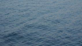 Расплывчатые волны воды при поверхность отражая предпосылку солнечности - взгляд от moving шлюпки видеоматериал