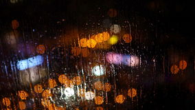 Расплывчатый город ночи освещает в дожде как увидено до конца влажному стеклу с капельками проточной воды Батуми, Georgia акции видеоматериалы