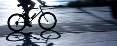 Расплывчатый силуэт и тень велосипедиста Стоковое Фото