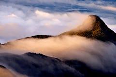 Рассветайте на верхней части горного пика Адама заволакивает горы Стоковое Фото