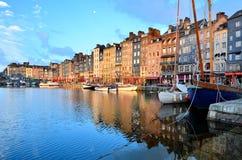 Рассветайте на гавани Honfleur с шлюпками и отражениями, Францией стоковая фотография