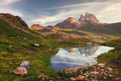 Рассвет красивого ландшафта с ` Ossau Midi d отражая I Стоковое фото RF