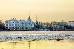 Рассвет крейсера в реке Neva на заходе солнца в Санкт-Петербурге Стоковые Изображения
