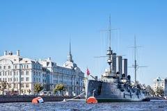 Рассвет крейсера после прописной реновации назад к ее месту зачаливания перед коллежем Nakhimov Стоковые Фотографии RF