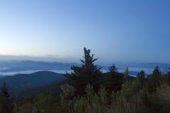 Рассвет над большими закоптелыми горами Стоковые Изображения