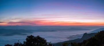 Рассвет панорамного взгляда тумана моря на верхней части Сьерры, Doi Samer-Dao, Nan Стоковые Фотографии RF