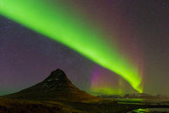 Рассвет танцуя над горой Kirkjufell с полно взгляда ночи старта Стоковые Фото