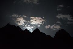 Рассвет луны стоковые изображения
