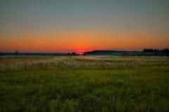 Рассвет шарлаха, мягкие цвета, поле, лес, солнце, лето стоковая фотография rf