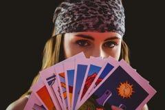 Рассказчик удачи используя карточки tarot стоковые изображения rf