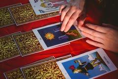 Рассказчик удачи используя карточки tarot Стоковая Фотография RF